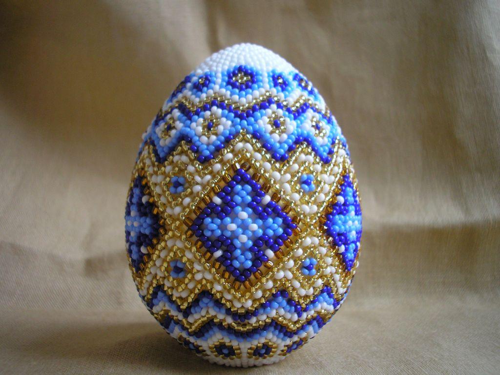 Научиться плести пасхальные яйца из бисера легко! .  Для вас отличный мастер-класс и схема!